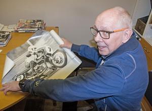 Lennart Lundgren  visar en bild på sig själv från slutet av 1970-talet, då han tävlade  i roadracing.