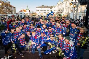 Anton Johanssons Oskarshamn firar SHL-avancemanget på Lilla Torget. Bild: Suvad Mrkonjic/Bildbyrån
