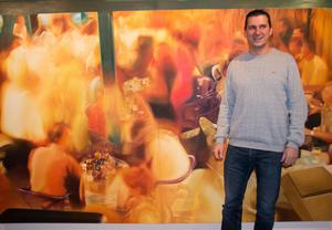 Aldin Popajas målningar från bosniska barer är stora och kunde ha varit vilka barer som helst. Men ytligheten blir extra tragisk hos människor som har krigets djupa erfarenheter men försöker låtsas som om det aldrig hänt, menar han.