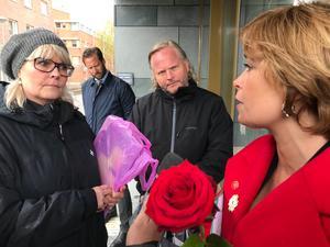Camilla Proos lämnade över namnunderskrifterna till Annika Strandhäll i samband med första maj-tåget.