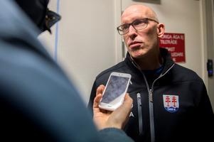 Fredrik Andersson, tränare i Timrå IK, var precis som flera av spelarna inte på is under torsdagen. Tommy Sjödin och Johan Thelin tog hand om den.
