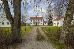 Foto: Johan Höwler Den gamla mangårdsbyggnaden är en av tre villor som ingår i köpet.