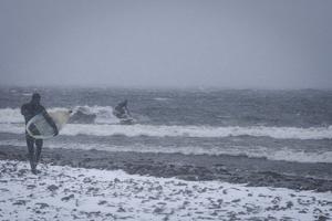 David Kantermo surfar en av flera vågor under dagen.