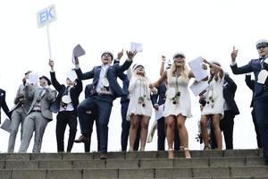 Glada studenterna från ekonomiprogrammet  jublar.