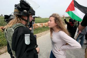 Ahed Tamimi står upp mot en israelisk soldat. Foto: Haim Schwarczenberg