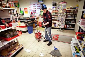 Holger Nilsson gör en av sina goda gärningar.– Han hade skitat ner så mycket han som körde grejor, säger han.Därför har han tagit moppen och skurat golvet inne på Ica. Efter det ska han åka med varor till en liten kille som är sjuk.
