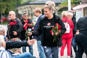 Socialdemokraterna Sundsvall delade ut rosor till åhörarna.