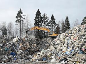 Avfallshögar vid Laxå bruks miljöåtervinning. Arkivbild.