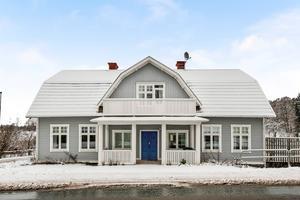 Foto: Anders Storm. På Askersundsvägen 79 i Vretstorp ligger  den stora villan som lockar många att ta en virtuell promenad.