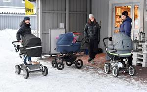 Maria Cutova med sonen Filip Gustafsson, Malin Karlsson med dottern Hilde Persson och Mimmi Åslund med dottern Thea Åslund-Knutsen, nyfödda idrebarn som bidrar till att öka antalet älvdalsbor