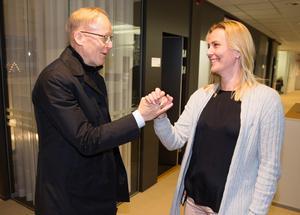 Kollegorna är oerhört viktiga, menar Johan Söderström. Här hälsar han på och samtalar med Jonna Schenström, controller på ABB svensk försäljning på Power Grid.