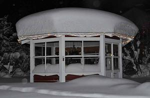 Erik Zetterqvists lusthus i Hagaström fotograferat i december 2010. Vilka snömängder!