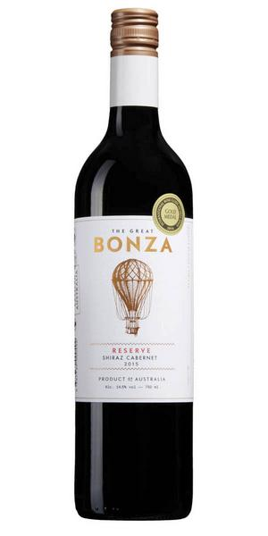 Bland de röda vinerna inleder vi med 6816 The Great Bonza Shiraz Cabernet Sauvignon 2015 från Australien för 79 kr (75 cl). Ett smakintensivt vin med medelfyllig smak av örter, björnbär, lavendel, mynta, söt lakrits, choklad och fat.