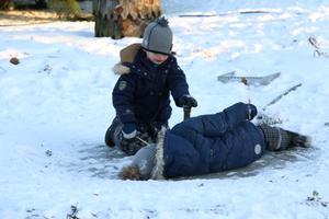 Bröderna Belland roade sig mest med att glida runt på en isfläck. Med tiden anslöt även andra barn som tyckte det såg kul ut.