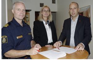 Det vi lovar invånarna i Hallsberg ska vi hålla. Ett nytt medborgarlöfte  har undertecknats av Mats Scherp - chef för lokalpolisområde Hallsberg, Lena Fagerlund - kommundirektör och Magnus Andersson (S) - kommunstyrelsens ordförande.