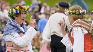 Folkdanslaget Näverluren i Göteborg får erbjudande om att vara med på Hammarkullens karneval. Men det är svårt att få till det. Dör den folkliga svenska kulturen ut med de äldre generationerna?