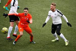 Michael Almebäck håller här koll på Sasa Matic i genrepet mot AFC Eskilstuna.