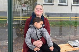 Annelie Lindén, 32 år och Ebbot Logren 4 år, Norrtälje: På något sätt behöver man ju kunna mäta människors kompetens, så vill man ha goda arbetsmöjligheter är nog betyg viktigt.
