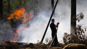 Oavlönad? Brandmän i Arboga uppges i flera års tid ha arbetat enligt ett inofficiellt schema med betydligt fler timmar än vad som rapporterats in till lönekontoret.
