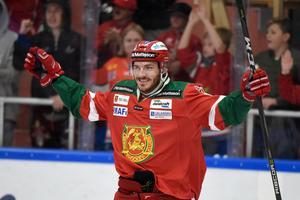 John Persson jublar efter ett mål för Mora. Foto: TT.