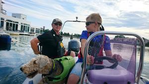 För Tobbe och sonen Robin är det vatten och båtar som gäller. Helt perfekt att bara kunna kliva ut från frukostborden och dra i väg på en tur. Foto: Privat