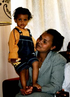 Vem kunde ana hur livet skulle bli. När Mimmi var nio år gav sig hennes mamma av från Etiopien. Först fem år senare kunde Mimmi, hennes bror och pappa återförenas med mamman.