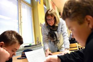 Ulla Schütt hjälper några elever att läsa upp fraser för varandra.