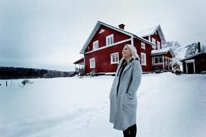 Hon har hela sin familj, sin bästa vän och sin pojkvän i Hedemora men just nu bor hon i Stockholm och satsar på musiken.
