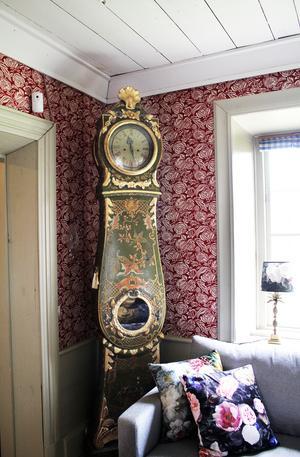 Ett av husets tre golvur. Ett går fem minuter efter, ett går prick och ett går fem minuter före.