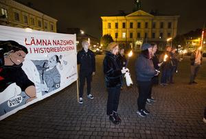 På flera håll runt om i landet uppmärksammas i dagarna Kristallnatten. I Gävle samlades medlemmar från några politiska partiers ungdomsförbund, samt  ytterligare personer, på Rådhustorget för att minnas.