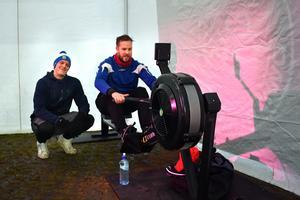 Tony Wikström (t.v.) rodde ett helt maraton på crossfitmaskinen som Crossfit Norrtälje hade placerat i parken.
