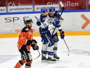 Mattias Ritola svarade för ett mål och två assist mot Karlskrona. Ett av passningspoängen kom när Martin Karlsson (till höger) gjorde mål i powerplay i andra perioden.