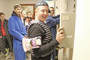 Hela skoldagen ska Samuel Andersson och hans klasskompisar på el- och energiprogrammet vara klädda i flytvästar och morgonrockar. För att få poäng i studentkampen.