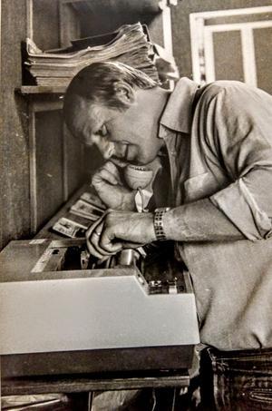 Krönikören Sten Widell kämpar med redaktionsfaxen - när det begav sig.
