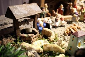 Brunn och betande får framför Maria, Josef och Jesusbarnet.