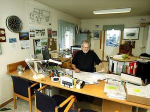 Curt Sillström bakom sitt skrivbord vid åkeriföretaget i Odenskog.