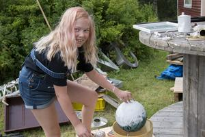 – Kul, men kladdigt, säger Astrid Öhlander, 9 år. Hon har förvandlat en gammal basketboll till ett konstverk i vitt.