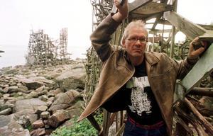 Foto: Stefan Lindblom/Helsingborgbild/SCANPIXArkivbild från 1999 när Lars Vilks står vid sitt konstverk Nimis på Kullaberg i Skåne.