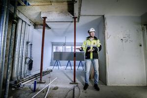 En del av lägenheterna förvandlas till etagelägenheter i och med renoveringen, berättar Jan Sjödin. Ett hål har skurits upp i taket där trappan mellan våningarna ska byggas.