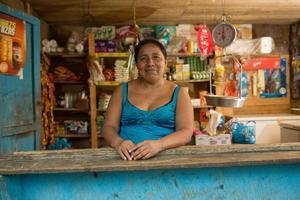 Ana Meija Chococ från Guatemala giftes bort som 14-åring, till ett fattigt liv där mannen bestämde det mesta. Genom stöd av We Effect och en lokal bondeorganisation odlar hon idag ekologiska varor och säljer dem själv på en särskild bondemarknad .Foto: Claudio Vásquez Bianchi
