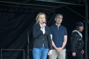 Boel Godner invigde demokratifestivalen tillsammans med stadsdirektören Rickard Sundbom.