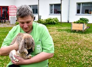 Jörgen Johansson som arbetar på Skogsbruksvägen 131, i Torvalla, pysslar om en av kaninerna lite extra, som ett gemytligt inslag i vardagen.