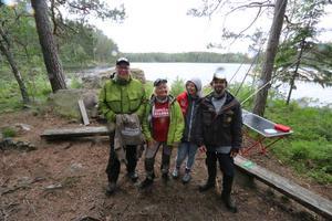 Lite regn fick tjejfiskarna utstå. På bilden står Åsa Fredriksson och Pia Westlund från Fjällorna och Susanne Wahlborg och Peter Hjalmarsson från Vattnans fiskeklubb i Laxå.