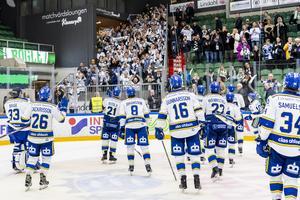Leksandsspelarna tackar supportrarna efter segern. Foto: Niclas Jönsson/Bildbyrån.