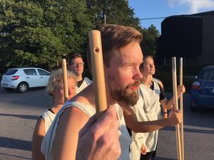 Daniel Rudholm kommer att spela/springa Odysseus under dagen. I bakgrunden syns Maria Af Klintberg, Olle af Klintberg och Liv Nordgren. Foto: Elin Tisell.