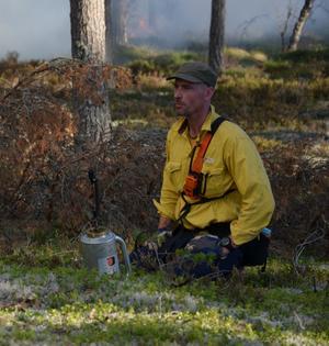 """""""Vi jobbar mot vindens riktning. Hade man jobbat med vindens riktning hade man fått förhållanden mer lik en vildbränning. Nu backar vi elden mot vinden och det gör att vi kan kontrollera den"""", säger bränningsledaren Anders Heurlin. Foto: Uno Skog,"""