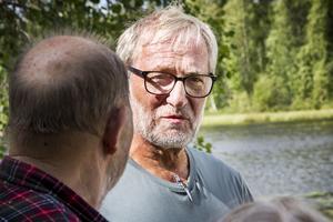 Anders Strandberg är rädd för att Åsbackaviken blir en sumpmark om dammen rivs.