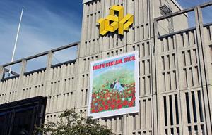 Stadens nya offentliga konstverk Belin X Lorenzi (INGEN REKLAM, TACK.) häger på Igors fasad.
