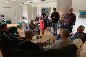 I Svenska kyrkans lokaler fanns bland annat före detta kyrkoherden Kjell-Erik Edlund (stående till höger).