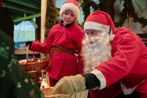 Tomten hade åkt betydligt längre än knallarna för att komma till Högbos julmarknad, berättade han. Nämligen ända från Nordpolen.